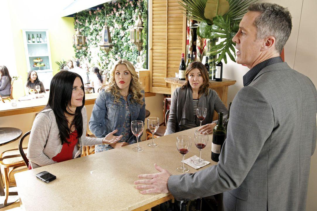 Während Travis Kirsten mit einem romantischen Date überraschen will, entdecken Ellie (Christa Miller, 2.v.r.), Jules (Courteney Cox, l.) und Lauri... - Bildquelle: 2010 ABC INC.