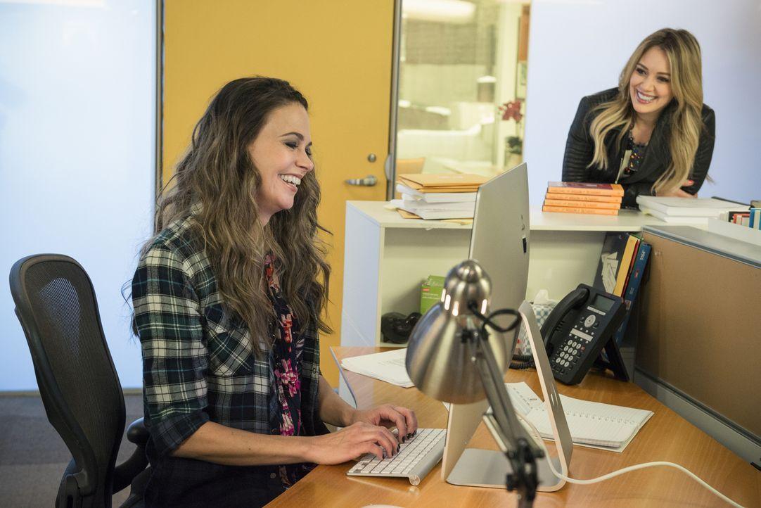 Kelsey (Hilary Duff, r.) ahnt nicht, dass gleich an Lizas (Sutton Foster, l.) erstem Tag komplizierte Aufgaben warten, die sie beide vor ungeahnte H... - Bildquelle: Hudson Street Productions Inc 2015