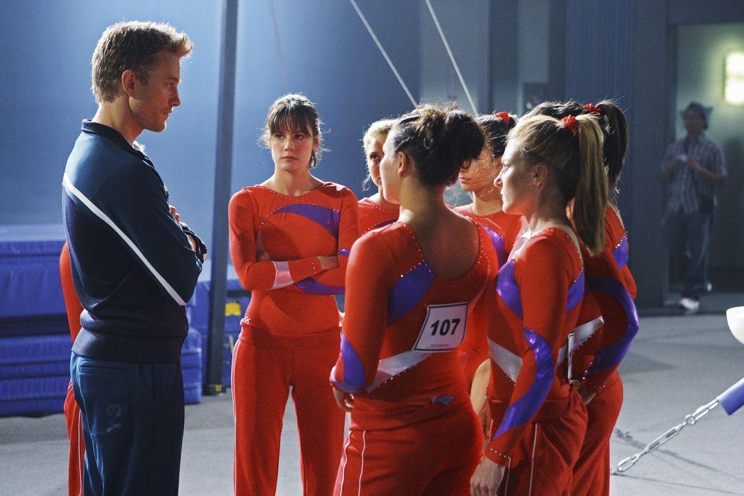 Sasha (Neil Jackson, l.) lädt Marty's Mannschaft zu einem Vergleichskampf ein ... - Bildquelle: 2009 DISNEY ENTERPRISES, INC. All rights reserved. NO ARCHIVING. NO RESALE.