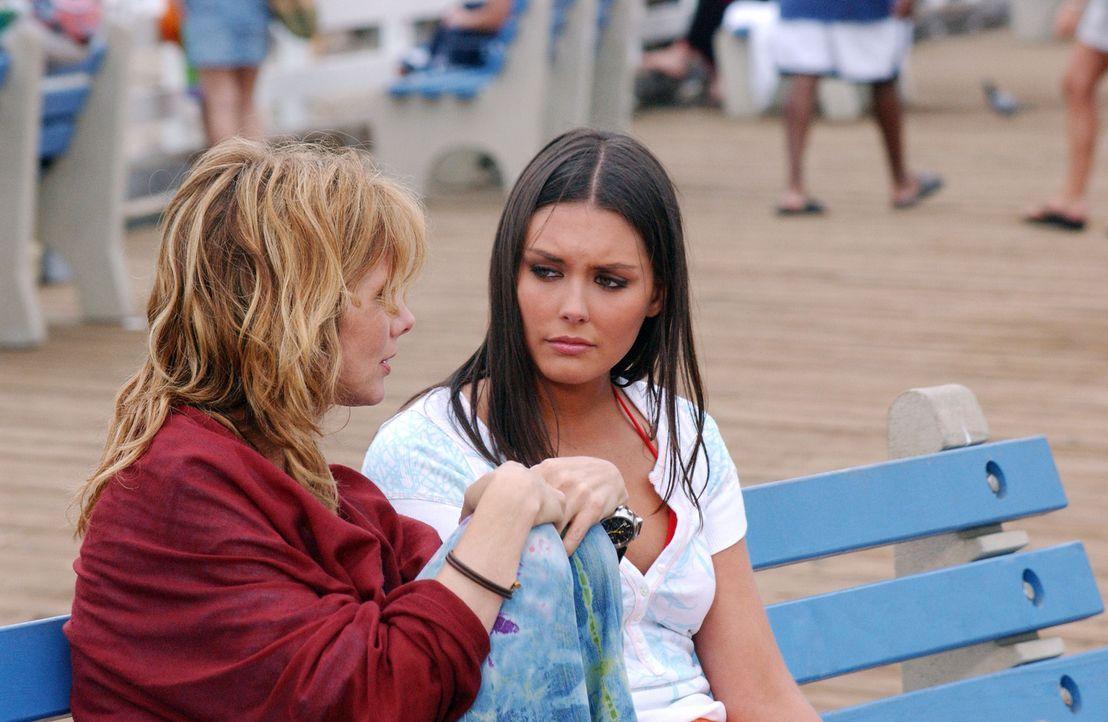 Ein unangemeldetes Wiedersehen: Erika (Taylor Cole, l.) und ihre Mutter (Rosanna Arquette, r.) ... - Bildquelle: CBS Television