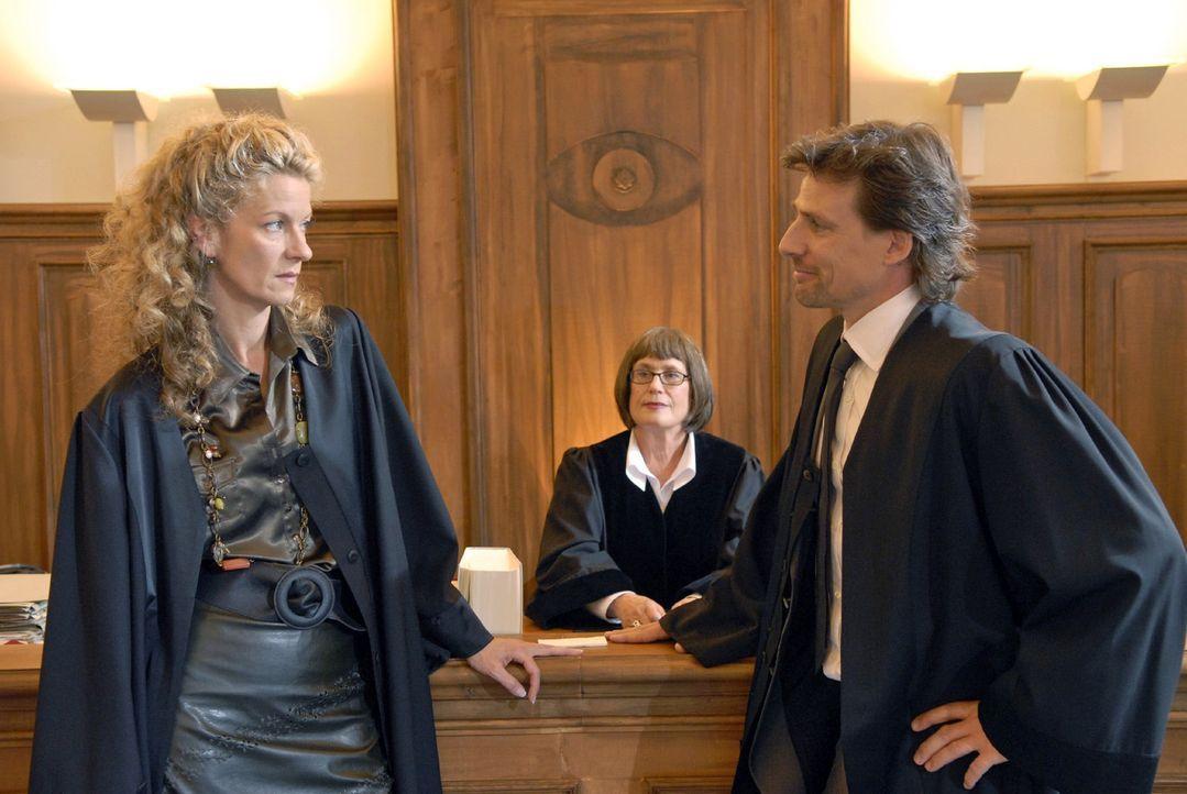 Die Gegenseite, vertreten durch die Anwältin Barbara Böll (Anuk Ens, l.), klagt auf Unterhaltszahlung. Doch Alex (René Steinke, r.) setzt auf Samenr... - Bildquelle: Christoph Assmann Sat.1