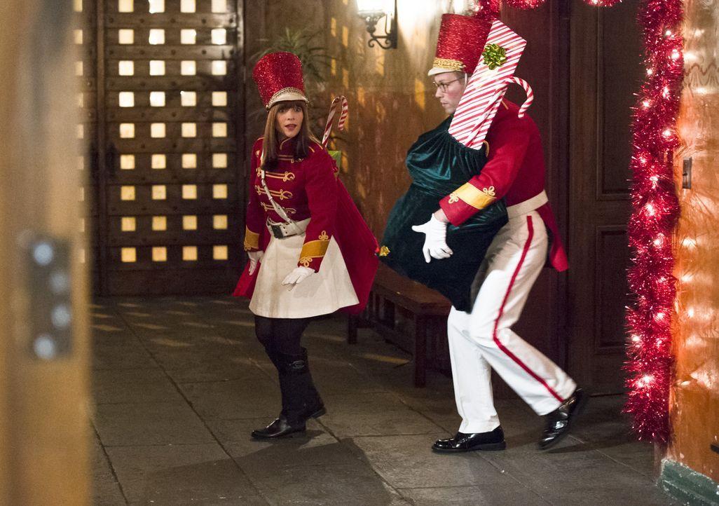 Es ist Weihnachten und Eric (Barrett Foa, r.) und Nell (Renée Felice Smith, l.) bereiten sich auf das Fest der Liebe vor ... - Bildquelle: Neil Jacobs 2015 CBS Broadcasting, Inc. All Rights Reserved.