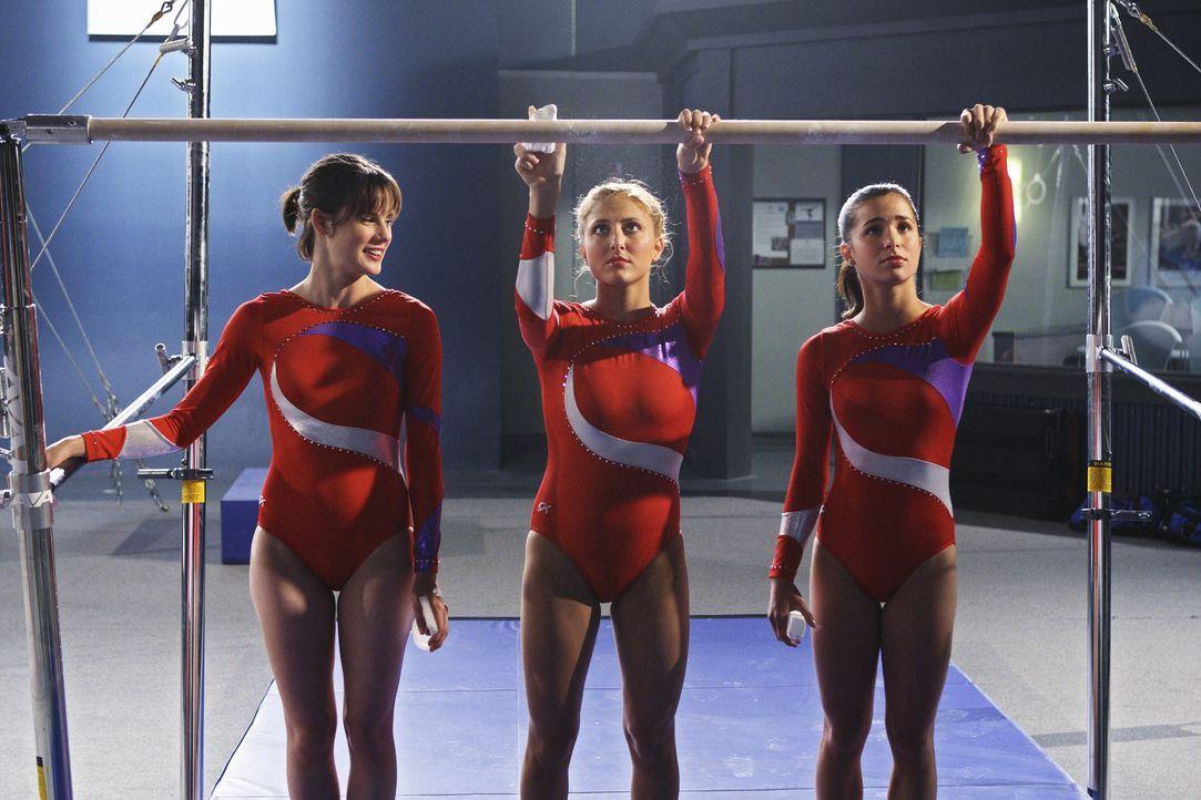 Bereiten sich auf den Vergleichskampf gegen Marty's Mannschaft vor: Emily (Chelsea Hobbs, l.), Lauren (Cassie Scerbo, M.) und Kylie (Josie Loren, r.) - Bildquelle: 2009 DISNEY ENTERPRISES, INC. All rights reserved. NO ARCHIVING. NO RESALE.