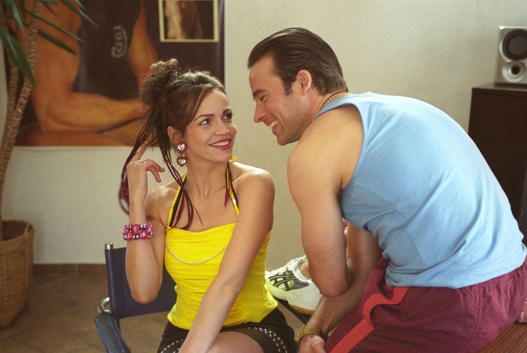 Felix setzt Sandra (Rebecca Immanuel, l.) als Lockvogel im Fitness-Studio an. Die Rechnung geht auf, denn der Studiobesitzer ist sofort von ihr ange... - Bildquelle: Hardy Spitz Sat.1