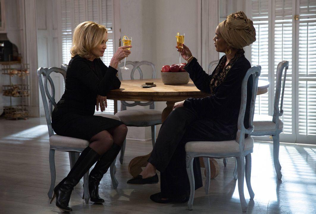 Gemeinsam ziehen Fiona (Jessica Lange, l.) und Marie Laveau (Angela Bassett, r.) in einen tödlichen Kampf ... - Bildquelle: 2013-2014 Fox and its related entities. All rights reserved.
