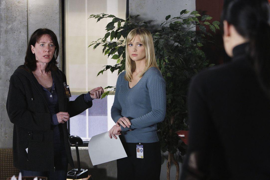 Als ein Mädchen in Virginia entführt wurde, wird das BAU-Team zu Hilfe gerufen. Prentiss (Paget Brewster, r.) und JJ (AJ Cook, M.) beginnen mit de... - Bildquelle: Touchstone Television