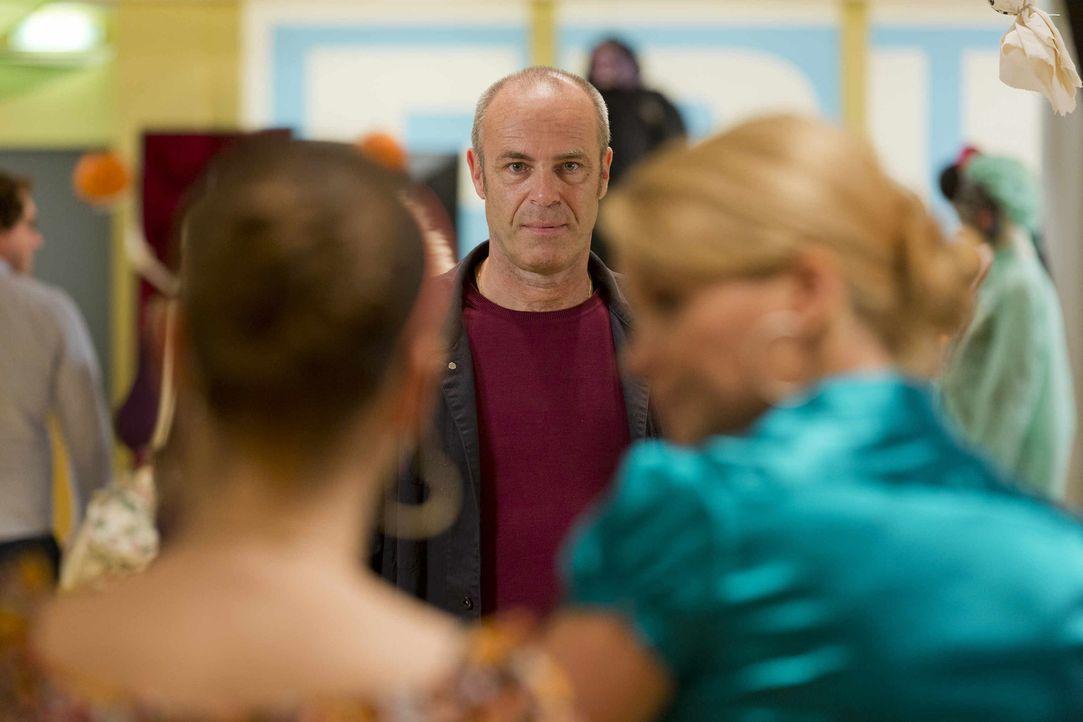 Durch Pit hat Danni einen Trumpf gegen Pater Andreas (Peter Kremer, M.) in der Hand. Doch wird sie ihn auch ausspielen? - Bildquelle: Frank Dicks SAT.1