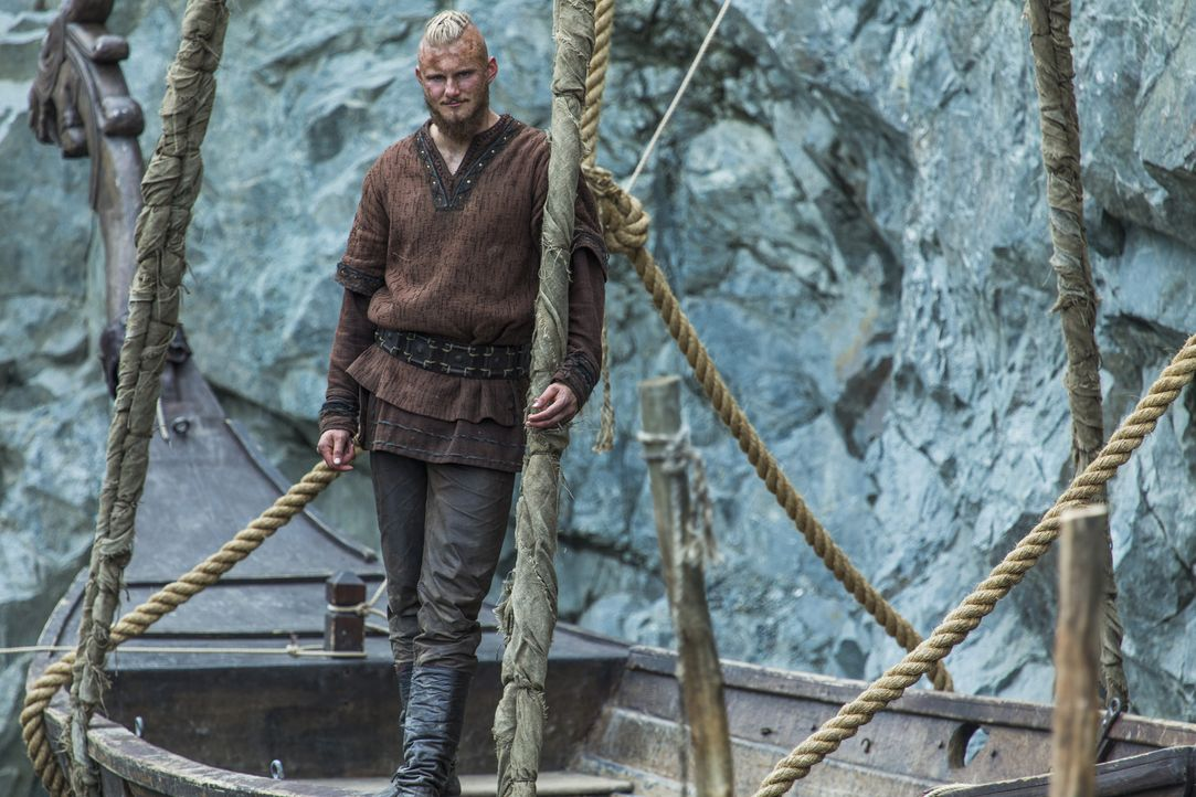 Während Aslaug schmerzhaft feststellen muss, dass sie nicht die einzige Frau ist, mit der Harbard schläft, ahnt Bjorn (Alexander Ludwig) nicht, dass... - Bildquelle: 2016 TM PRODUCTIONS LIMITED / T5 VIKINGS III PRODUCTIONS INC. ALL RIGHTS RESERVED.