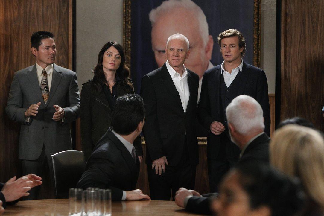 Bei den Ermittlungen in einem neuen Fall stoßen Kimball (Tim Kang, l.), Patrick (Simon Baker, r.) und Teresa (Robin Tunney, 2.v.l.) auf den Sektenfü... - Bildquelle: Warner Bros. Television