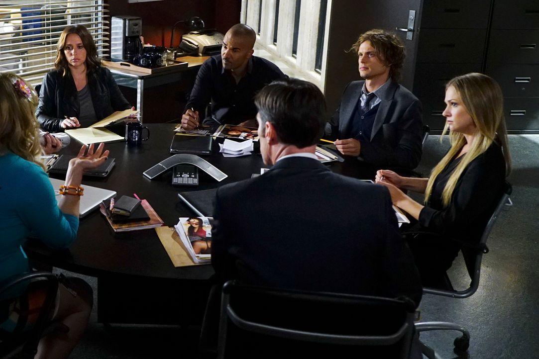 Ein neuer Fall beschäftigt das Team: Reid (Matthew Gray Gubler, 2.v.r.), Derek (Shemar Moore, 3.v.l.), Hotch (Thomas Gibson, 3.v.r.), JJ (AJ Cook, r... - Bildquelle: Richard Cartwright ABC Studios