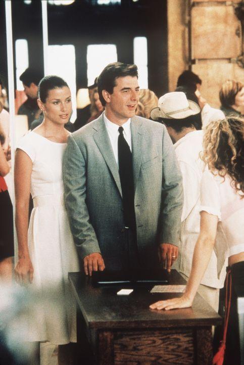 Kaum zu glauben aber wahr: Das unerwartete Treffen zwischen Carrie (Sarah Jessica Parker, r.), Big (Chris Noth, M.) und Natasha (Bridget Moynahan, l... - Bildquelle: Paramount Pictures
