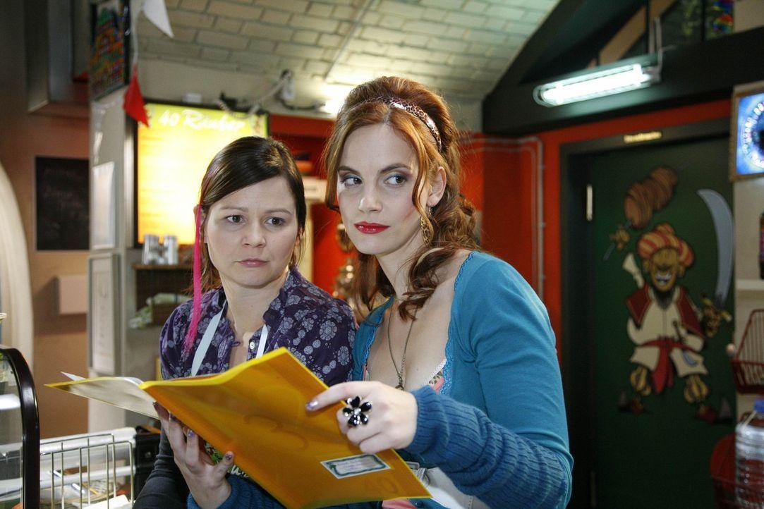 Manu (Marie Zielcke, r.) und Eva (Anett Heilforth, l.) sind verwundert, dass sich Mark wie einer von ihnen benimmt ... - Bildquelle: SAT.1