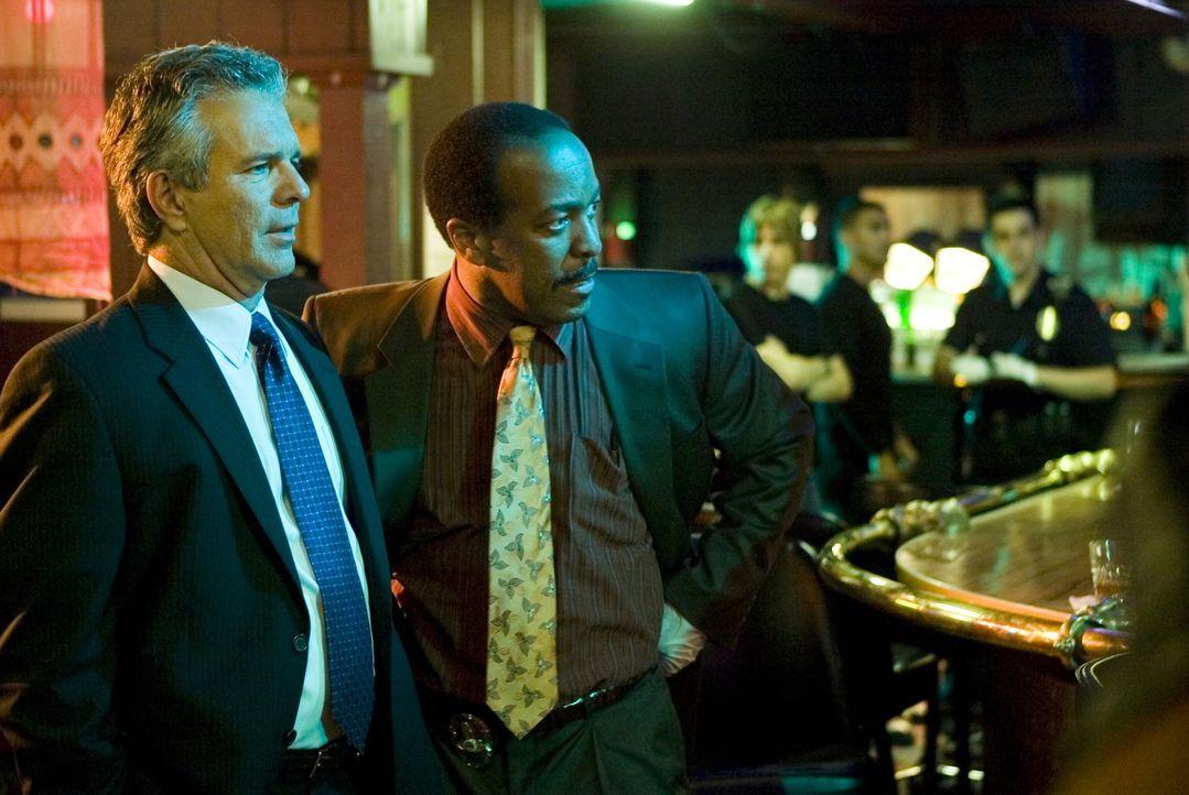 Lieutenant Flynn (Tony Denison, l.) und Captain Taylor (Robert Gossett, r.) sind nicht begeistert, als Brenda ihren Fall übernimmt ... - Bildquelle: Warner Brothers Inc.