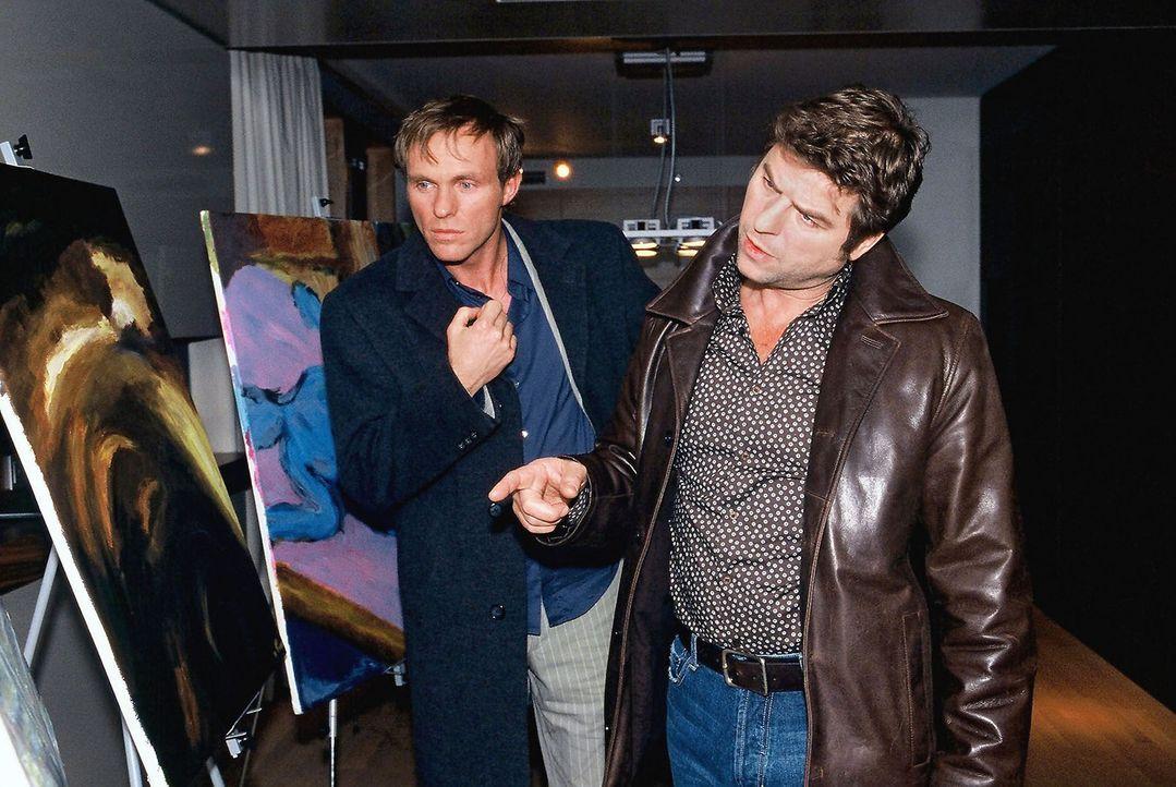 """Jupp (Uwe Fellensiek, r.) und Falk (Dirk Martens, l.) untersuchen das Zimmer, in welchem sich der Ermordete mit """"Leonardo"""" getroffen hat. - Bildquelle: Münstermann Sat.1"""