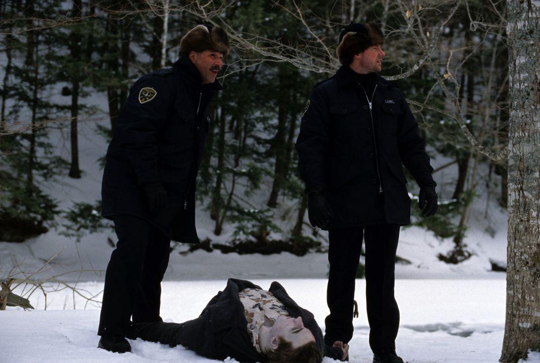 Sind zunächst davon überzeugt, dass der tote Schüler Opfer einer gefährlichen Mutprobe wurde: die Cops Joey Tosh (John Kapelos, l.) und Abel Gre... - Bildquelle: Myriad Pictures Inc.