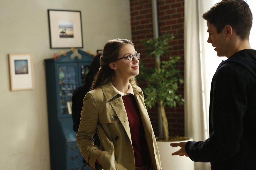 """Barry """"The Flash"""" (Grant Gustin, r.) stattet Kara (Melissa Benoist, l.) einen überraschenden Besuch ab - aber nicht ohne Hintergedanken. Er braucht... - Bildquelle: 2016 Warner Bros. Entertainment, Inc."""