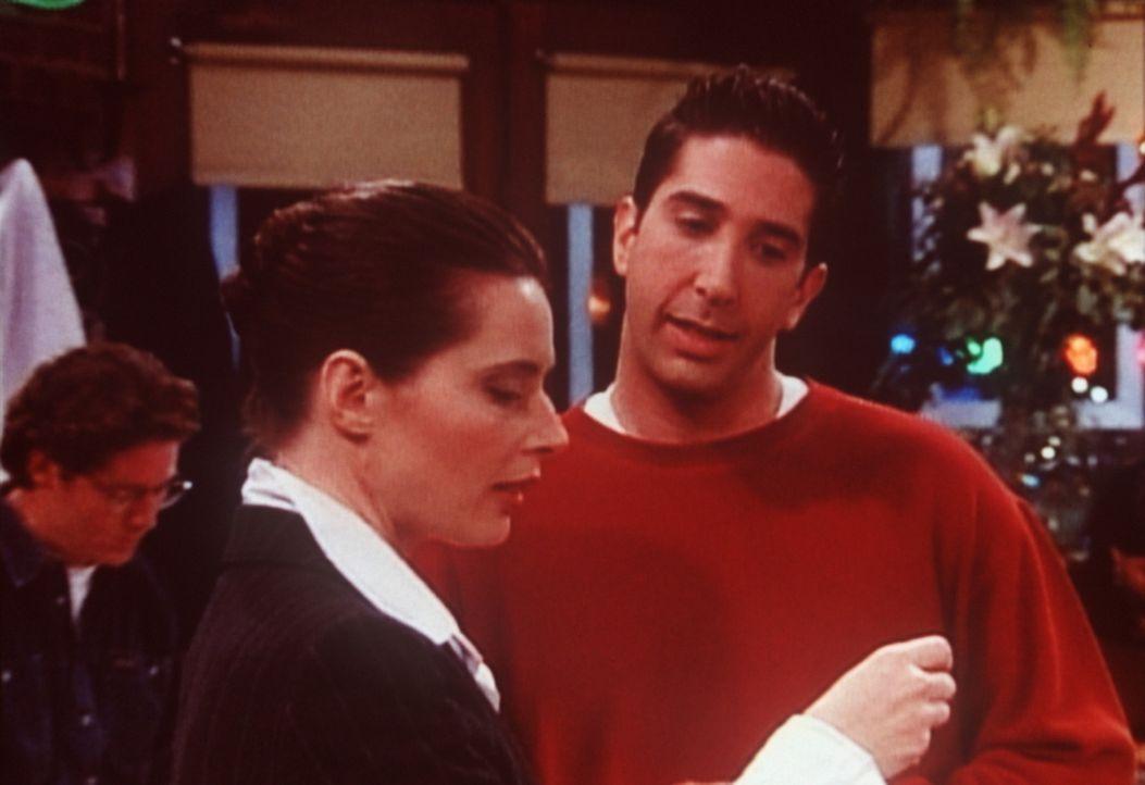 """Isabella Rossellini (Isabella Rossellini, l.) """"verirrt"""" sich in das Stammcafé der Freunde. Ross (David Schwimmer, r.) möchte sie näher kennen ler... - Bildquelle: TM+  2000 WARNER BROS."""