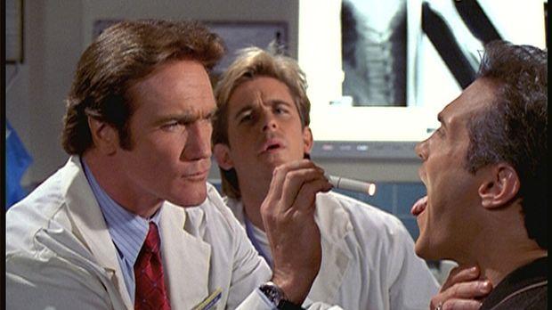 Unter den argwöhnischen Augen von Jesse (Charlie Schlatter, M.) untersucht St...