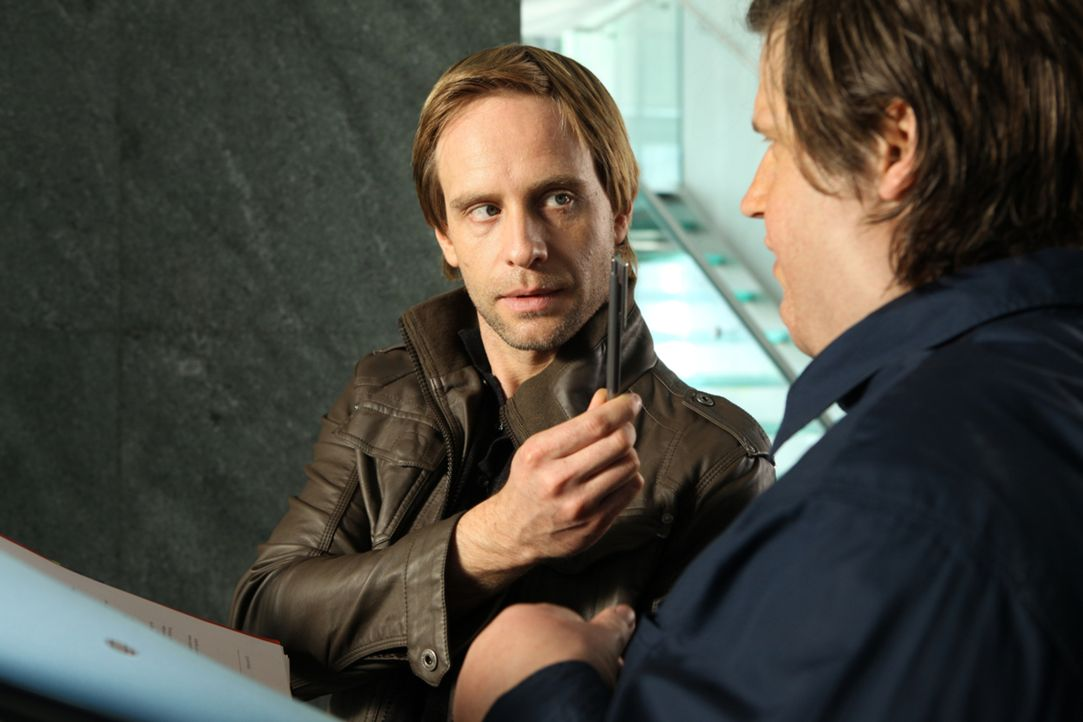 Denis (Julian Weigend, l.) kommt es gerade recht, dass der durchtrainierte Nick (Sebastian Ströbel, r.) über Nacht auf 180 Kilo anschwillt. Er ergre... - Bildquelle: Petro Domenigg SAT.1