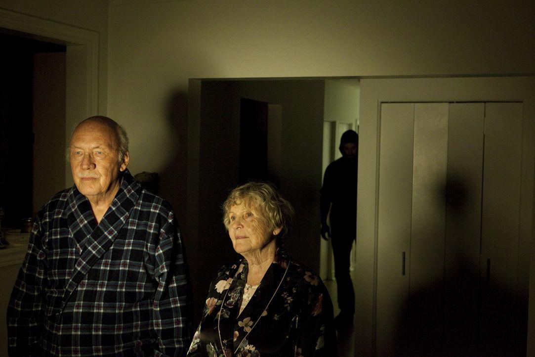 Brutale Attacke: Um Rentnerin Alice Whitby (Gwen Herdman, r.) vergewaltigen und töten zu können, schleicht sich der Täter in ihrem Haus heimtückisch... - Bildquelle: Jeremy Lewis Cineflix 2010