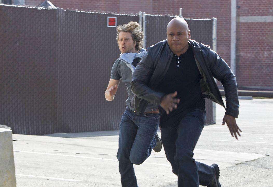 Ein Bundesagent aus Los Angeles wurde tot aufgefunden. Sam (LL Cool J, r.), Deeks (Eric Christian Olsen, l.) und das restliche Team versuchen, den T... - Bildquelle: CBS Studios Inc. All Rights Reserved.