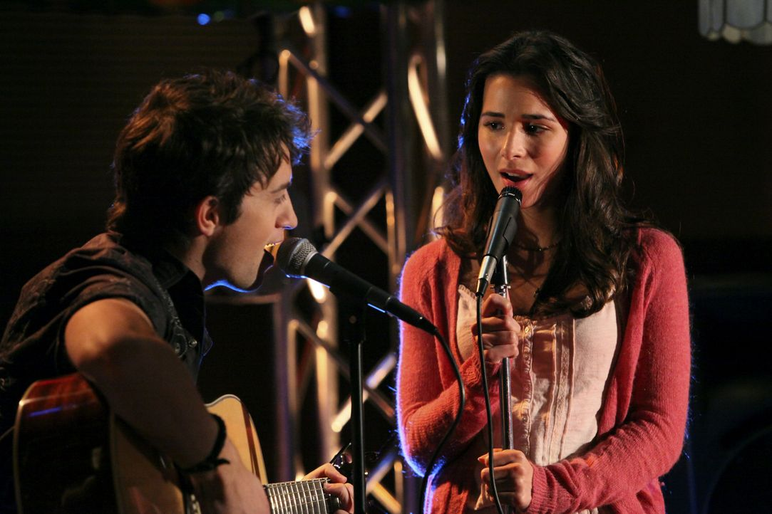 Treten zusammen im Pizza Shack auf: Damon (Johnny Pacar, l.) und Kaylie (Josie Loren, r.) - Bildquelle: 2010 Disney Enterprises, Inc. All rights reserved.