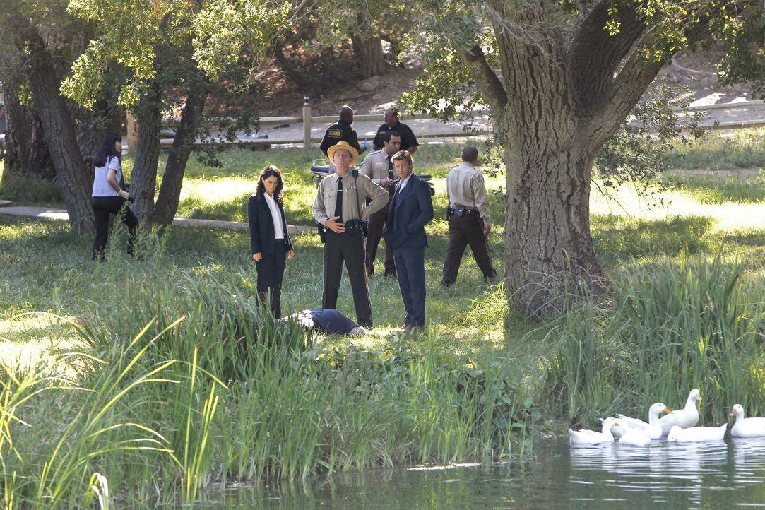 Ein neuer Mordfall beschäftigt Teresa Lisbon (Robin Tunney, vorne l.), Sheriff Thomas McAllister (Xander Berkeley, vorne M.) und Patrick Jane (Simon... - Bildquelle: Warner Bros. Television