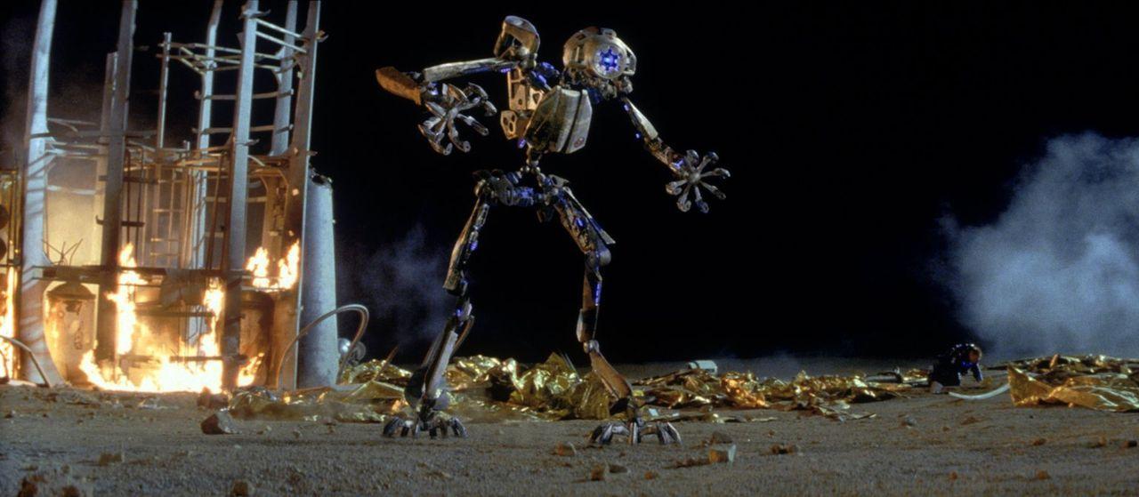 Da der Prozessor ihres Kampfroboters A.M.E.E. beim Absturz beschädigt wurde, wollen ihn die Astronauten deaktivieren - doch plötzlich sieht sie der... - Bildquelle: Warner Bros. Entertainment Inc.