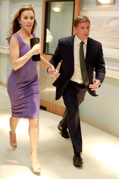 Während Gabrielle befördert und immer mehr von ihrer Arbeit vereinnahmt wird, werden Lynette (Felicity Huffman, l.) und Tom (Doug Savant, r.) frühze... - Bildquelle: ABC Studios