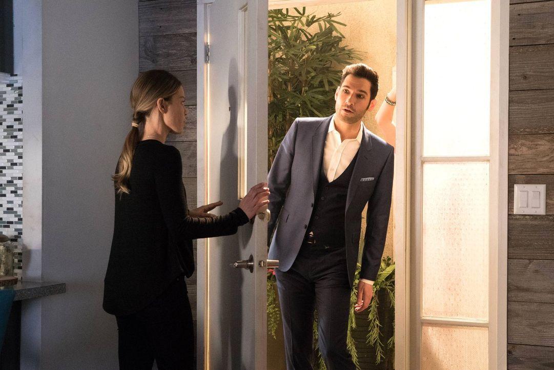 Nach Chloes (Lauren German, l.) Todeskampf taucht Lucifer (Tom Ellis, r.) einfach ab, doch nach zwei Wochen steht er plötzlich wieder bei Chloe auf... - Bildquelle: 2016 Warner Brothers