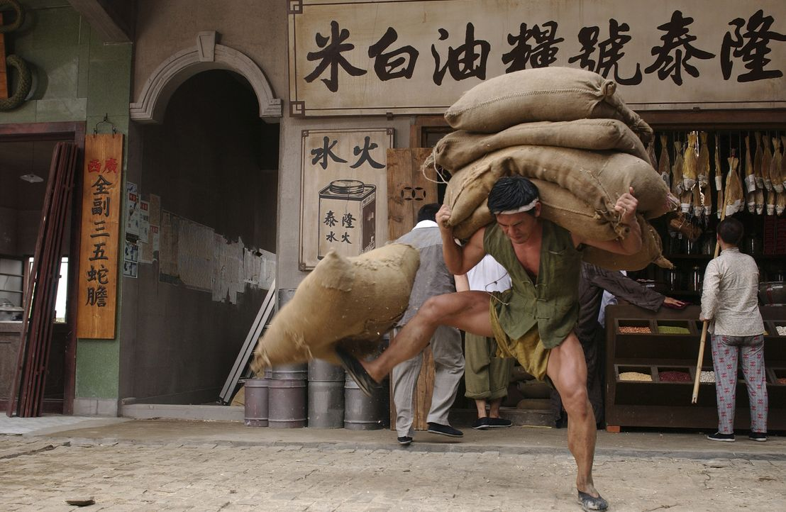 """In der Wohnsiedlung """"Residenz Schweinstall"""" leben drei mächtige Kung Fu Kämpfer, die jeder eine eigene Disziplin perfekt beherrschen: Trick der 12... - Bildquelle: 2004 Columbia Pictures Film Production Asia Limited. All Rights Reserved."""