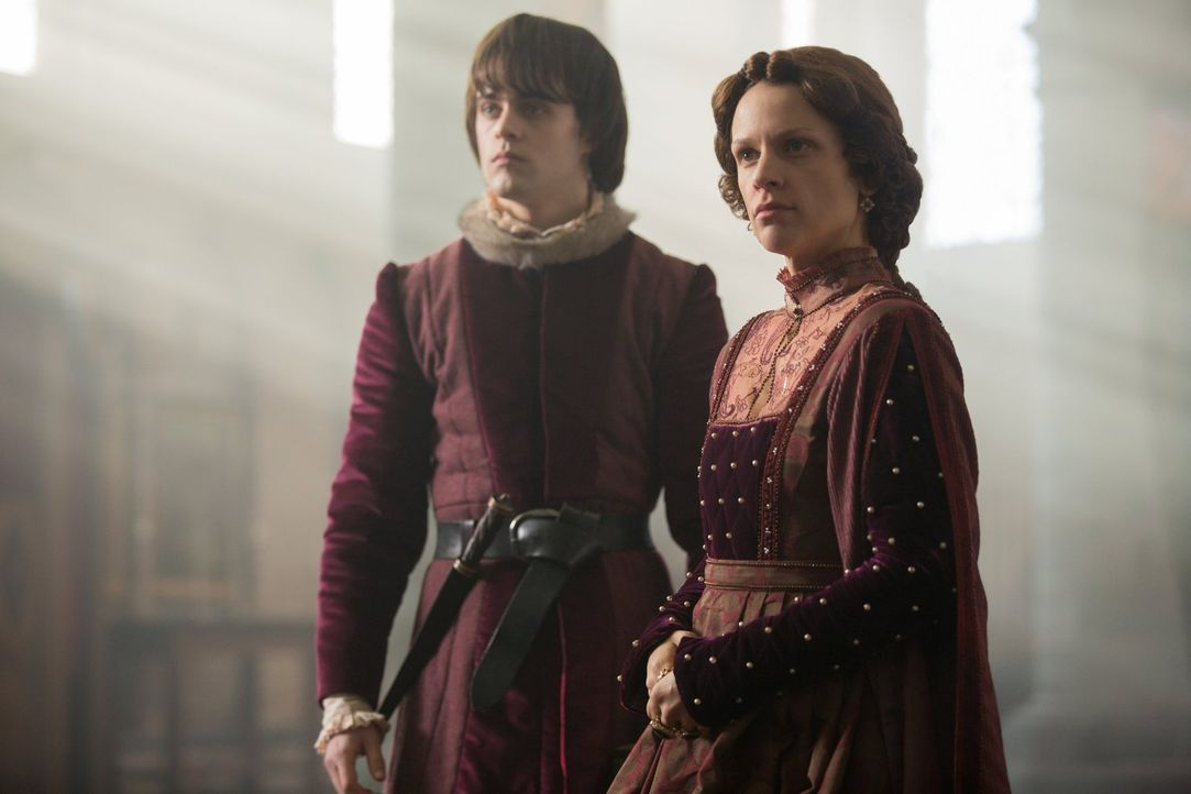Margaret of Anjou (Veerle Baetens, r.) hat bereits eine Frau für ihren Sohn Edward of Lancaster (Joey Batey, l.) auserkoren ... - Bildquelle: 2013 Starz Entertainment LLC, All rights reserved