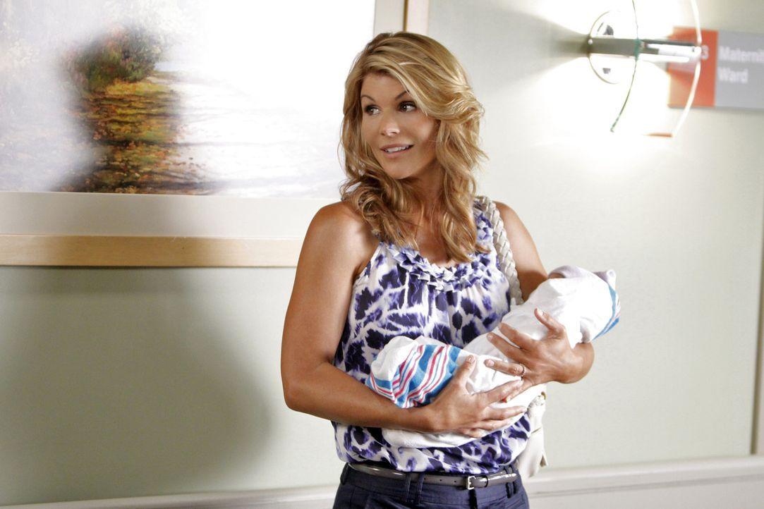 Jen hat keine Ahnung wie sie mit ihrem frisch geborenen Baby umgehen soll. Da das Debbies (Lori Loughlin) Stärke ist, und Jen sie unbedingt braucht... - Bildquelle: 2010 The CW Network. All Rights Reserved.