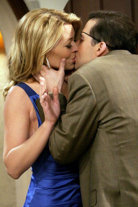 Alan (Jon Cryer, r.) bekommt den lang ersehnten Kuss von Sherri (Jeri Ryan, l.) ... - Bildquelle: Warner Bros. Television