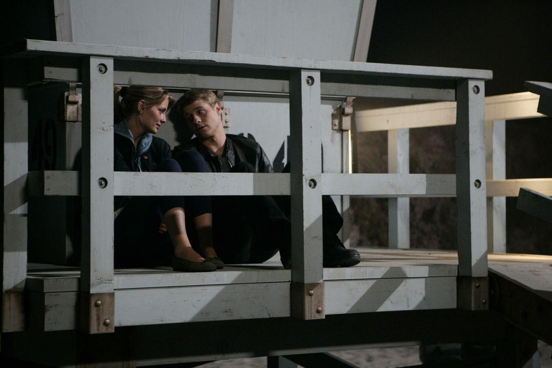 Können nicht fassen, was Julie sich erlaubt hat: Marissa (Mischa Barton, l.) und Ryan Benjamin McKenzie, r.) ... - Bildquelle: Warner Bros. Television