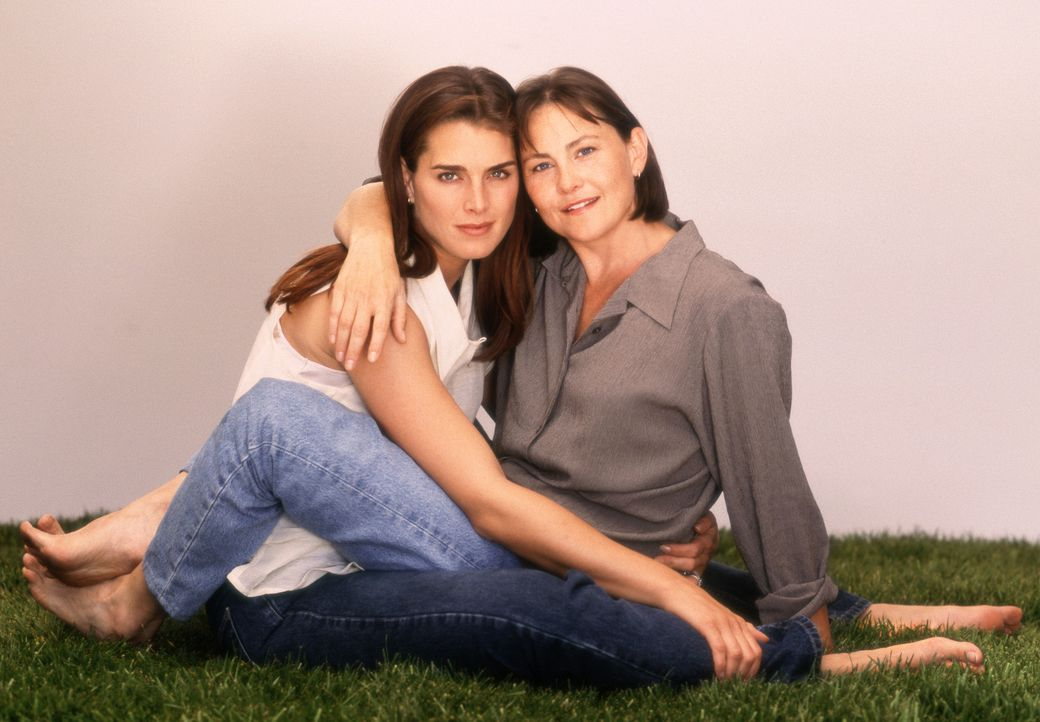Das Glück von Janine Nielssen (Brooke Shields, l.) und Sandy Cataldi (Cherry Jones, r.) ist fast perfekt. Das Einzige was ihnen noch fehlt ist ein e... - Bildquelle: CPT Holdings, Inc.  All Rights Reserved.
