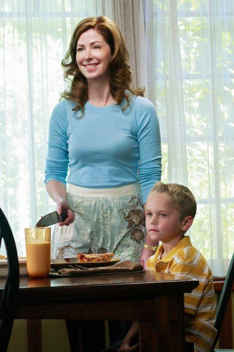 Katherine (Dana Delany, l.) versucht alles, um M.J. (Mason Vale Cotton, r.) gegen Susan zu beeinflussen. Doch wird es ihr gelingen? - Bildquelle: ABC Studios