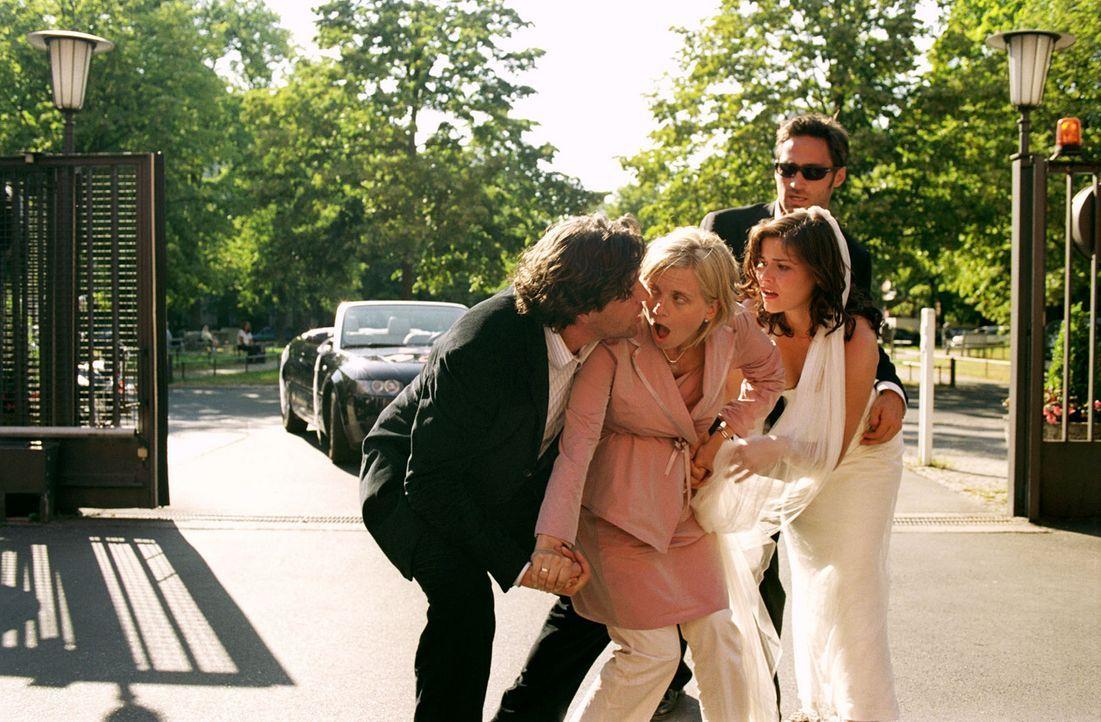 Ausgerechnet bei der Hochzeit setzen bei der hochschwangeren Sylvie (Nina Weniger, 2.v.l.) die Wehen ein. Max (Hans-Jochen Wagner, l.), Pia (Kathari... - Bildquelle: Sat.1