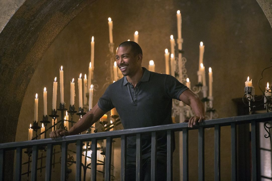 Gelingt es Marcel (Charles Davis), Rebekah mit einem ganz besonderen Angebot auf seine Seite zu ziehen? - Bildquelle: Warner Bros. Television