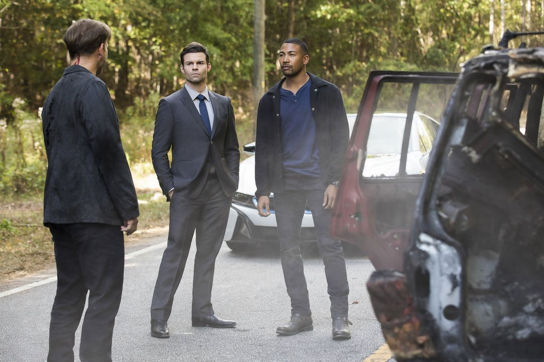 Elijah (Daniel Gillies, M.) und Marcel (Charles Michael Davis, r.) müssen nicht nur ihre zerbrechliche Allianz aufrechterhalten, sondern auch mit Al... - Bildquelle: 2016 Warner Brothers