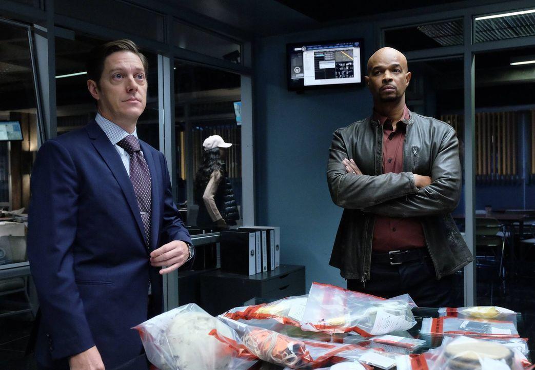 Während Riggs Besuch von seinem Schwiegervater bekommt, versuchen Murtaugh (Damon Wayans, r.) und Captain Avery (Kevin Rahm, l.) weitere Hintergründ... - Bildquelle: 2016 Warner Brothers