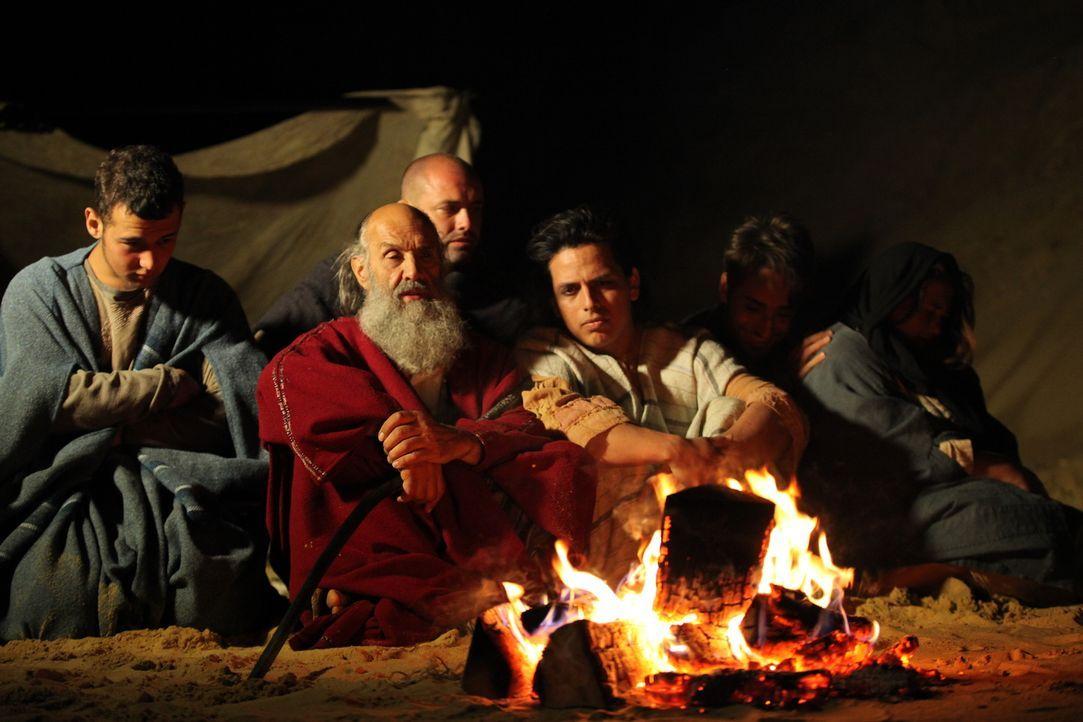 Autor Graham Philips glaubt, dass Moses (2.v.l.) kein Hebräer, sondern Ägypter war und Tuthmosis hieß. Als Philips Thuthmosis Grab in der antiken St... - Bildquelle: Eleanor Scaglioni WMR