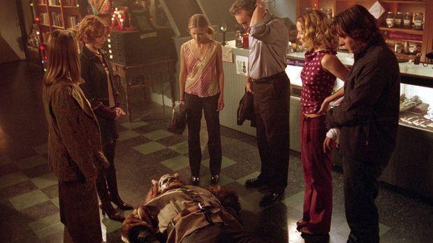 Angst und Schrecken gehen um: Buffy (Sarah Michelle Gellar, 3.v.l.) und ihre...