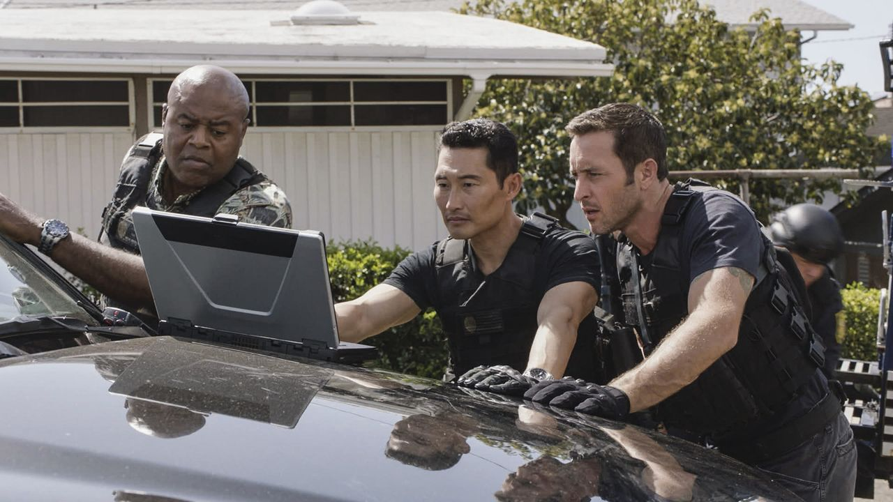 Müssen die Entführung einer wohlhabenden Frau aufklären: Steve (Alex O'Loughlin, r.), Chin (Daniel Dae Kim, M.) und Grover (Chi McBride, l.) ... - Bildquelle: Norman Shapiro 2016 CBS Broadcasting, Inc. All Rights Reserved