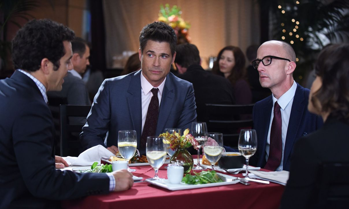 Ein wichtiges Business-Essen mit Bill Foosley (Jim Rash, r.) verläuft für Stewart (Fred Savage, l.) anders als gehofft, als Dean (Rob Lowe, M.) sich... - Bildquelle: 2015-2016 Fox and its related entities.  All rights reserved.