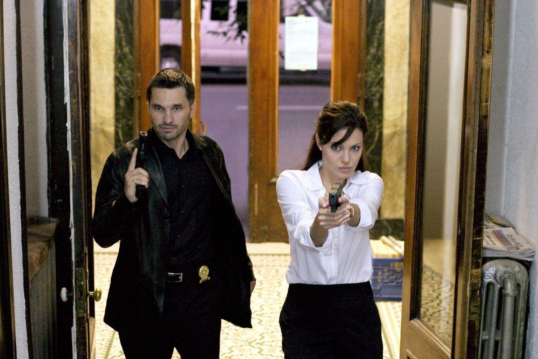 Illeanas (Angelina Jolie, r.) unorthodoxe Ermittlungsmethoden stoßen bei dem Kollegen Joseph Paquette (Olivier Martinez, l.) auf wenig Gegenliebe. B... - Bildquelle: Warner Bros.
