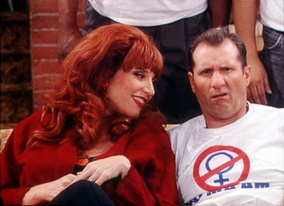 """Al Bundy (Ed O'Neill, r.) erklärt seiner Frau Peggy (Katey Sagal, l.) die Ziele seiner Organisation """"No Ma'am"""" (Nationale Organisation gegen die Vo... - Bildquelle: Columbia Pictures"""