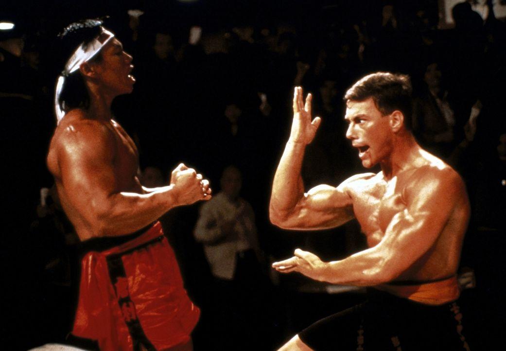 Der amerikanische Geheimagent Frank Dux (Jean-Claude van Damme, r.) steht dem brutalen, unbarmherzigen Chong Li (Bolo Yeung, l.) im Finalkampf gegen... - Bildquelle: Cannon Group