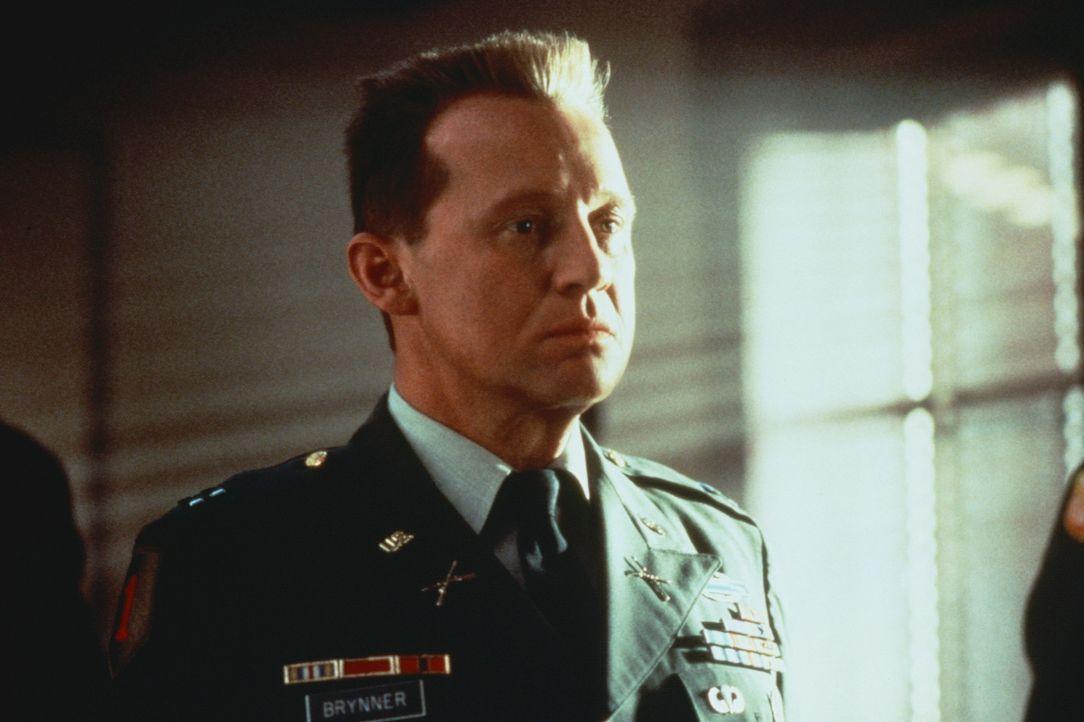 Wegen fahrlässiger Tötung wird der US-Offizier Andrew Brynner (Peter Firth) zu einer Militärstrafe von zehn Jahren verurteilt. Doch er ist unschu... - Bildquelle: Warner Bros.