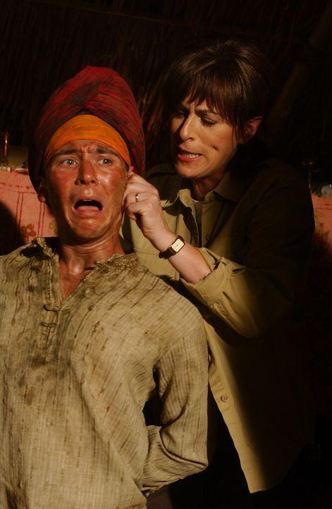 Reese (Justin Berfield, l.) wird von seiner Mutter Lois (Jane Kaczmarek, r.) in Afghanistan gesucht und auch gefunden ... - Bildquelle: 2005 - 2006 Twentieth Century Fox Film Corporation and Regency Entertainment (USA), Inc.